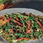 Recette Agretti poêlée aux olives, tomates séchées, raisins secs et chapelure