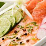 Nous préparons le carpaccio de saumon, un plat frais et léger