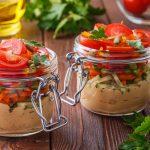 Pots de houmous et de légumes