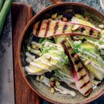Recette Coeurs de laitue et oignons rouges avec mayonnaise à la moutarde et pistaches