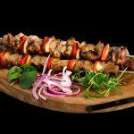 Comment faire des brochettes de viande et de légumes grillés